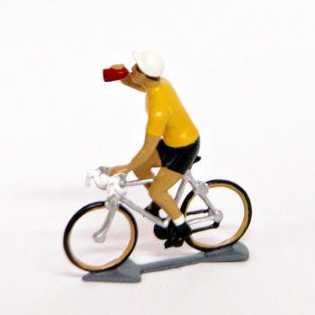 Maillot jaune buvant à la gourde