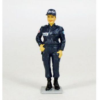 Policière (femme gardien de la Paix) contemporaine en blouson et casquette