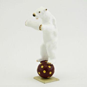 ours blanc debout en équilibre sur ballon