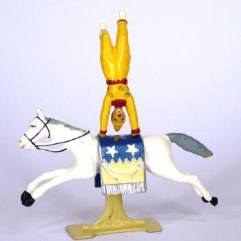 Clown en équilibre sur cheval au galop