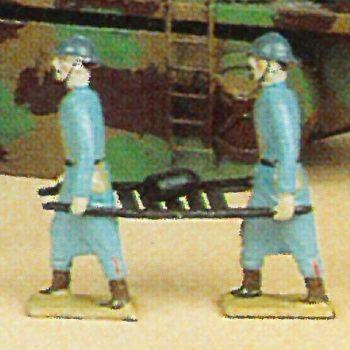 2 soldats portant obus sur civière