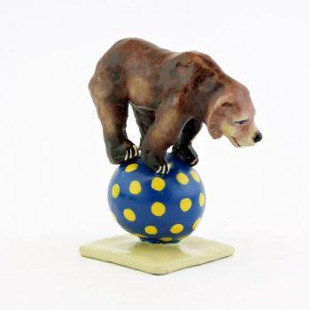 ours brun à quatre pattes sur un ballon
