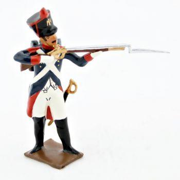fantassin de l'infanterie de ligne debout, fusil en joue
