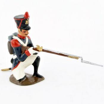 fantassin de l'infanterie de ligne à genou, fusil en joue