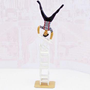 acrobate en équilibre sur une colonne de chaises (h. 12,8 cm)
