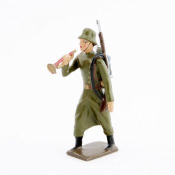 clairon de l'infanterie prussienne avec casque acier (stahlhelm)