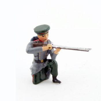 fantassin de l'infanterie russe, à genou, au feu