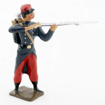 fantassin de l'infanterie de ligne en capote debout, fusil en joue