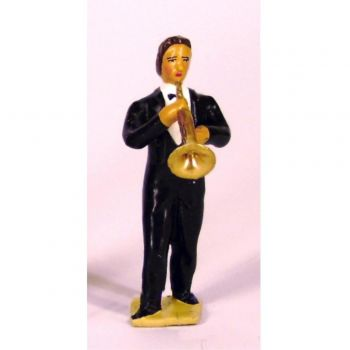 musicien de l'orchestre, debout, jouant de la trompette