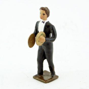 musicien de l'orchestre, debout, jouant des cymbales