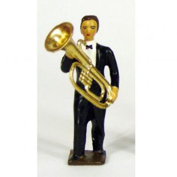 musicien de l'orchestre, debout, jouant du tuba