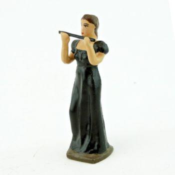 musicienne de l'orchestre, debout, jouant de la flûte
