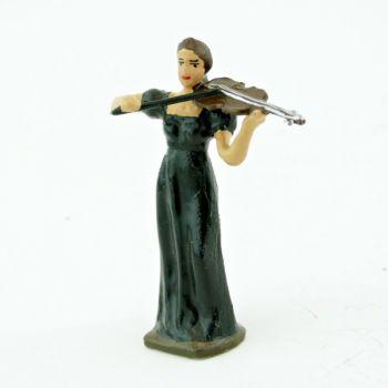 musicienne de l'orchestre, debout, jouant du violon