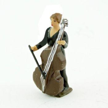 musicienne de l'orchestre, debout, jouant du violoncelle