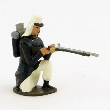 fantassin de la légion tenue bleue en capote (Maroc, 1910) à genou, fusil en jou