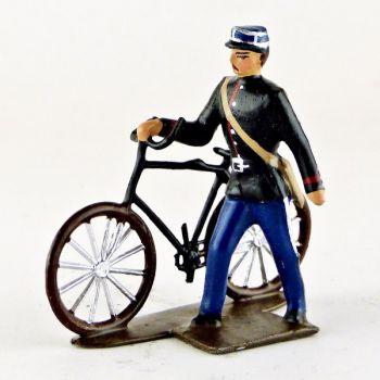 gendarme avec képi, tenant son vélo