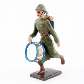 tambour de l'infanterie de ligne en capote kaki à l'assaut