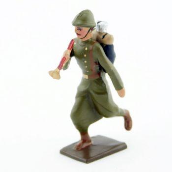 clairon de l'infanterie de ligne en capote kaki à l'assaut