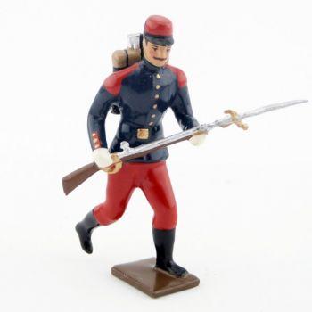 fantassin de l'infanterie de ligne en tunique, à l'assaut