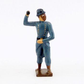 fantassin de l'infanterie de ligne en capote b.h. avec masque à gaz, bras plié