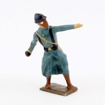 fantassin de l'infanterie de ligne en capote b.h. avec masque à gaz, lançant une