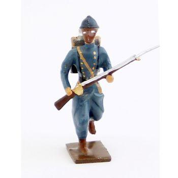 fantassin de l'infanterie de ligne en capote b.h. à l'assaut avec masque à gaz