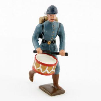 tambour de l'infanterie de ligne en tunique bleu horizon à l'assaut