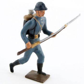 fantassin de l'infanterie de ligne en tunique bleu horizon à l'assaut