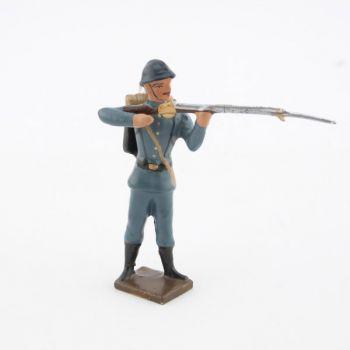 fantassin de l'infanterie de ligne en tunique B.H. debout au feu