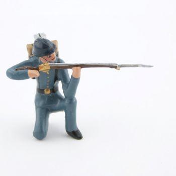 fantassin de l'infanterie de ligne en tunique B.H. à genou au feu