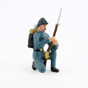 fantassin de l'infanterie de ligne en tunique B.H. debout, fusil au pied