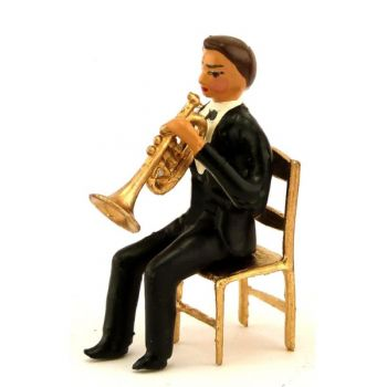 musicien assis jouant de la trompette
