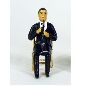 musicien assis jouant de la clarinette