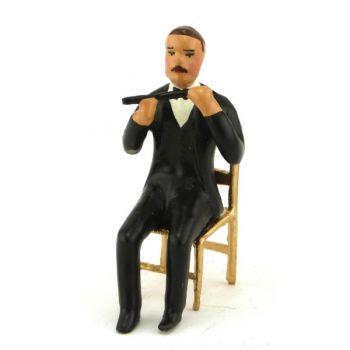 musicien assis jouant de la flûte