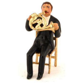 musicien assis jouant du cor