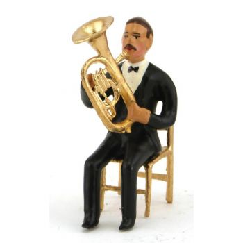 musicien assis jouant du tuba