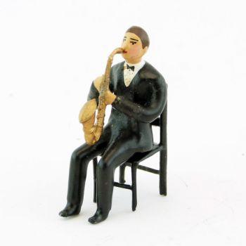 musicien assis jouant du saxophone