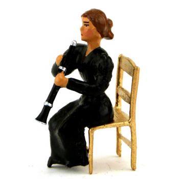 musicienne assise jouant du hautbois