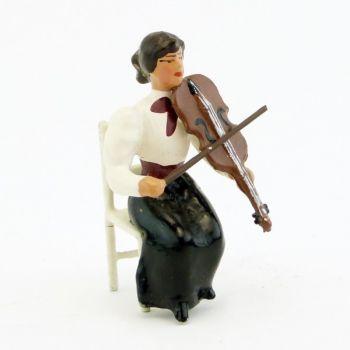musicienne assise jouant du violon