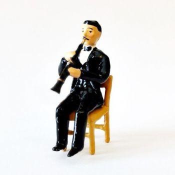 musicien assis jouant du hautbois