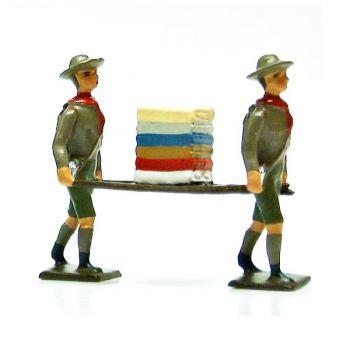 2 scouts portant brancard linge
