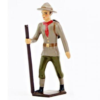 Chef scout (adulte) marchant avec baton