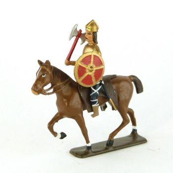 cavalier gaulois, casque à crête, avec hache et bouclier