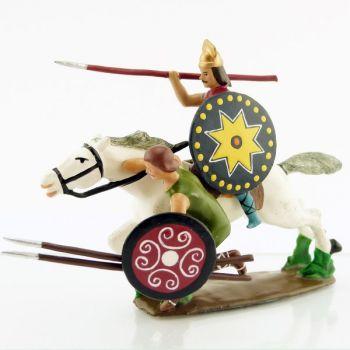 cavalier gaulois avec auxiliaire, bras en bas tenant deux lances