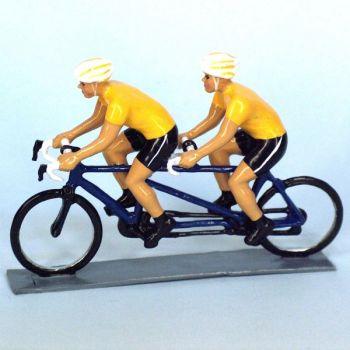 Cyclistes en tandem, t-shirts jaunes