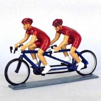 Cyclistes en tandem, t-shirts rouges