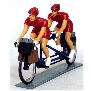 Cyclotouristes (Cyclo-randonneurs) en tandem, t-shirts rouges