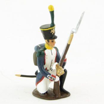 fantassin des voltigeurs du 17ème régiment de ligne à genou, fusil debout
