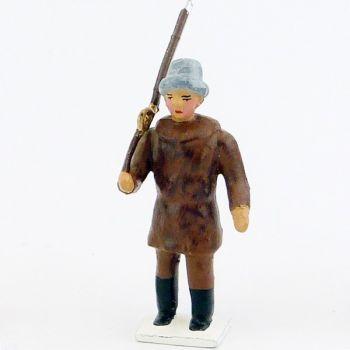 explorateur avec bonnet de fourrure, fusil sur l'épaule