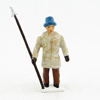 explorateur avec bonnet de fourrure, lance à la main